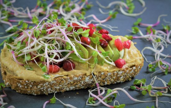 Sandwich met hummus en avocado