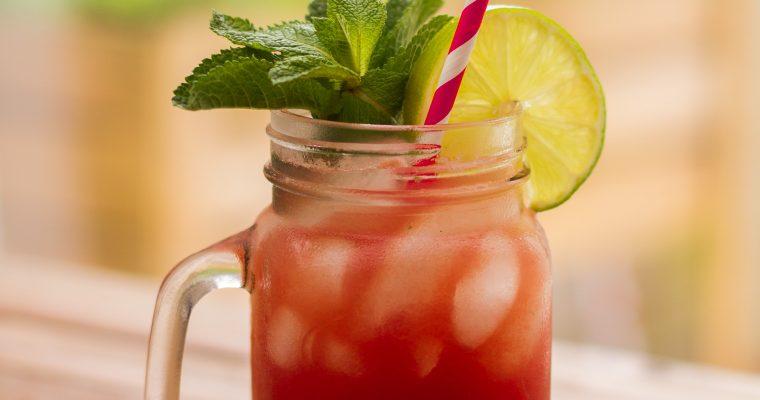 Cocktail met watermeloen, komkommer en munt