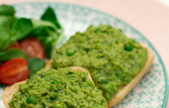 Sandwich met avocado, erwten en munt