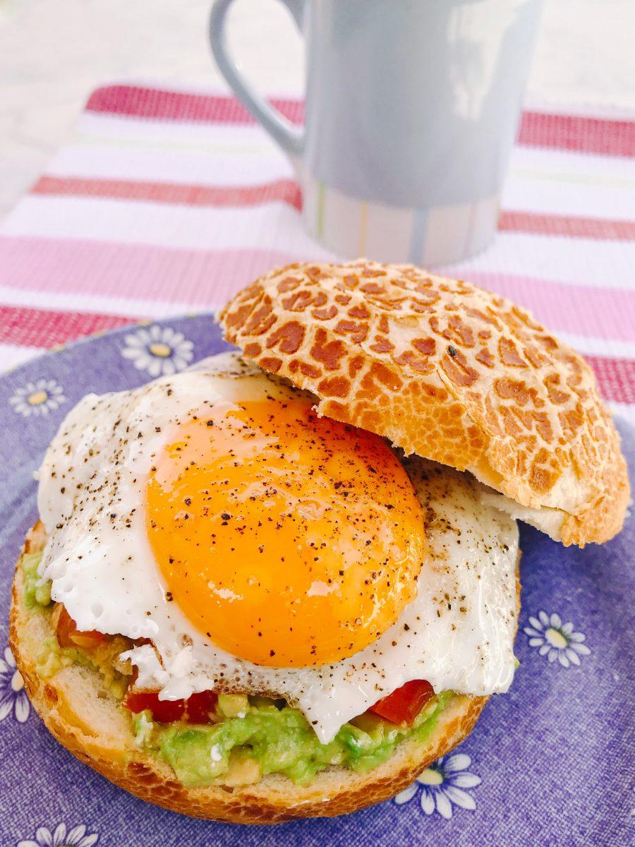 Sandwich met avocado, geitenkaas en spiegelei