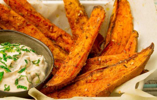 Zoete aardappel frietjes met za'atar en tahini munt dipsaus