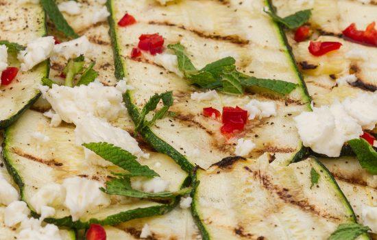 Gegrilde courgette met munt, chilli en feta
