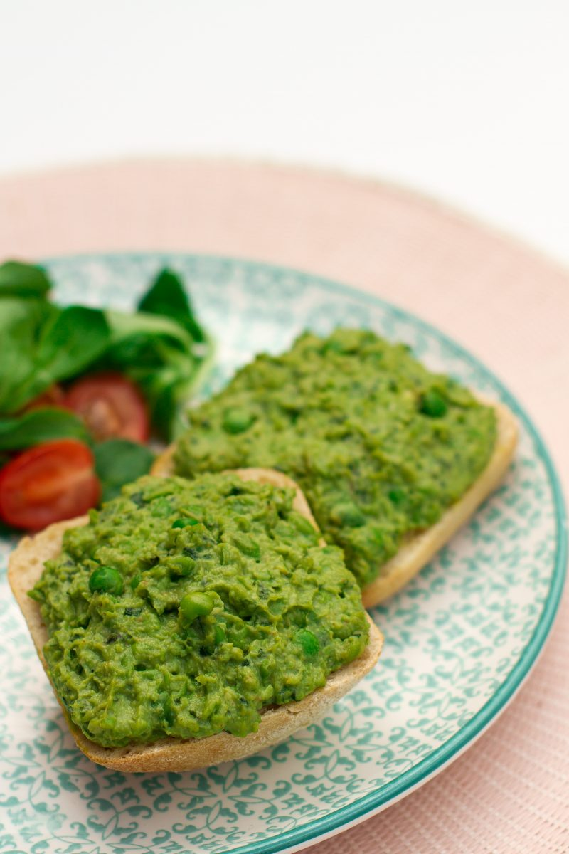 Sandwich with avocado, peas and mint