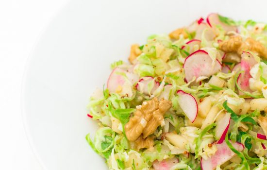 Salade van spruitjes met appeltjes en walnoten